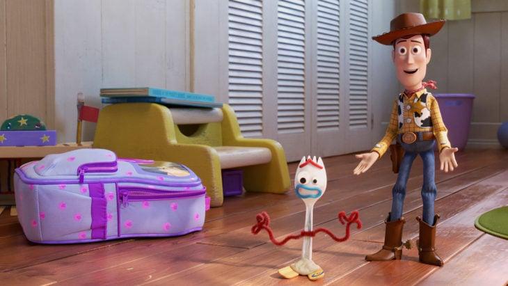 Escena de la película Toy Story 4. Woody presentando a Forky un tenedor