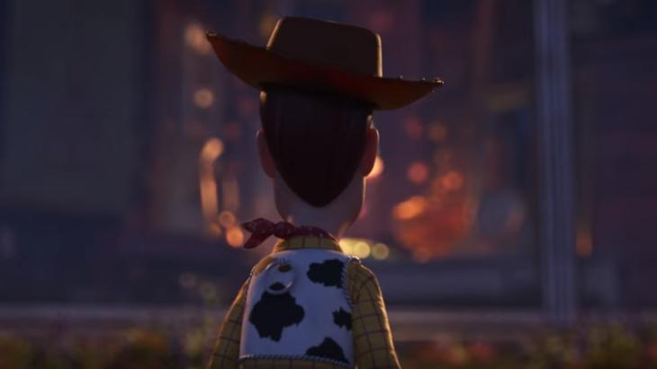 Escena de la película Toy Story 4. Woody viendo hacia la nada