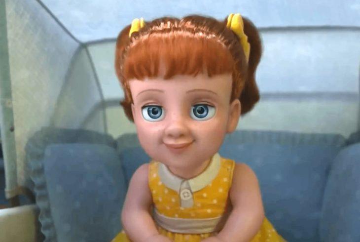 Escena de la película Toy Story 4. Gabby Gabby sentada en su carreola