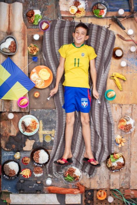 Niño recostado sobre una alfombra, proyecto fotográfico de Gregg Segal