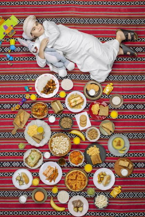 Niña recostada en una alfombra a rayas, proyecto fotográfico de Gregg Segal
