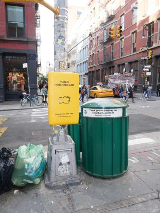 Saco de box instalado en las calles de Nueva York junto a un bote de basura para que las personas puedan golpearlo