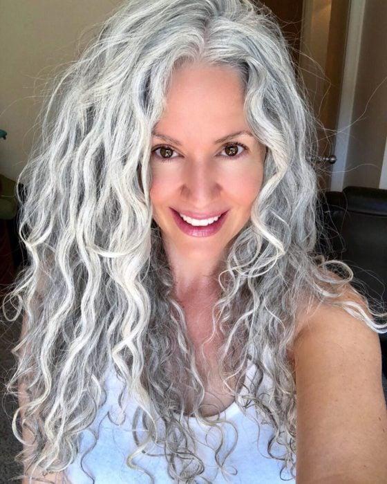 Sara Eisenman tomando una selfie, mostrando su cabello blanco y largo