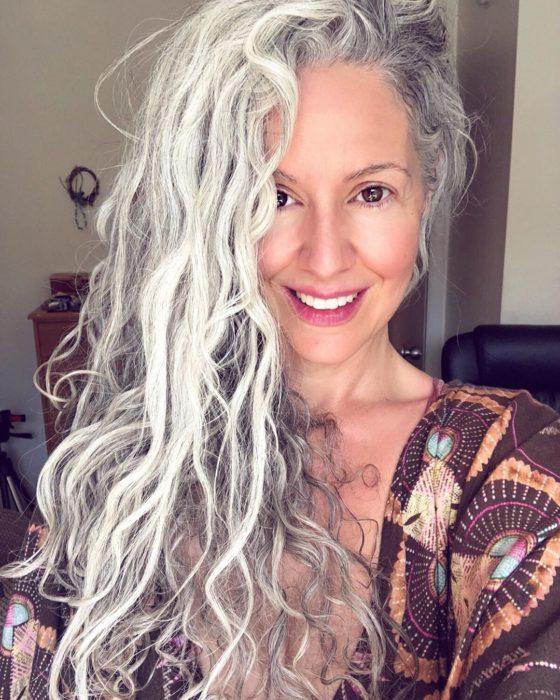 Sara Eisenman tomando una selfi, modelando su cabellera blanca