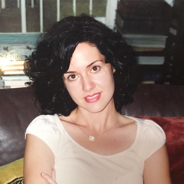 Sara Eisenman posando para una fotografía, llevaba su cabello oscuro