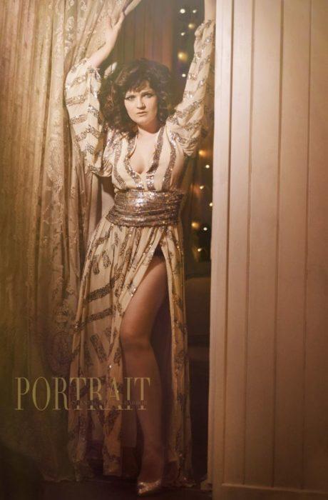 Chantal Storrs- Barborfotografiando a una chica con un vestido dorado al estilo de los años 70