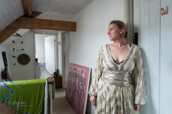 Jo Haycock fotografiándose en una sesión en la que usó un vestido de color dorado con lentejuelas