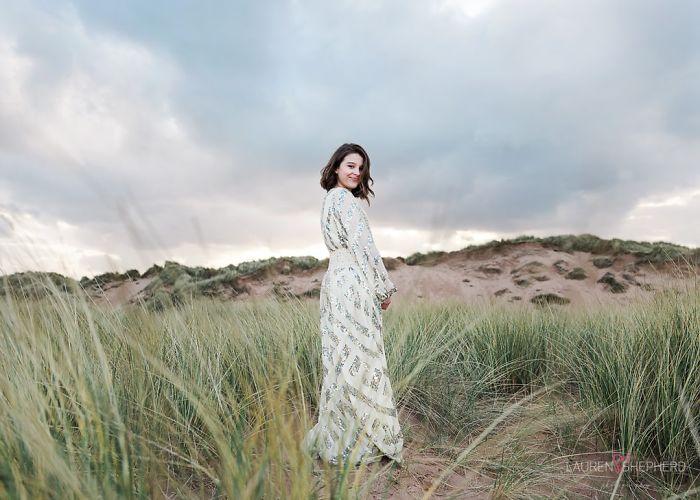 Lauren Shepherdfotografiando a una chica en medio del desierto usando un vestido de letejuelas y color dorado