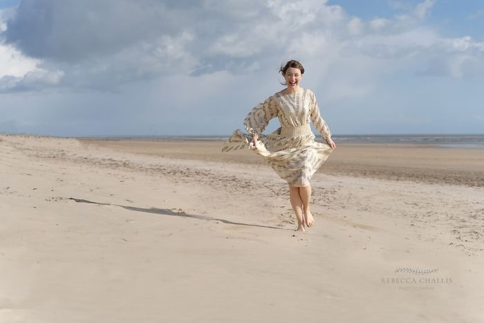 Rebecca Challisfotografiando a una chica en medio del desierto mientras usa un vestido dorado con lentejuelas