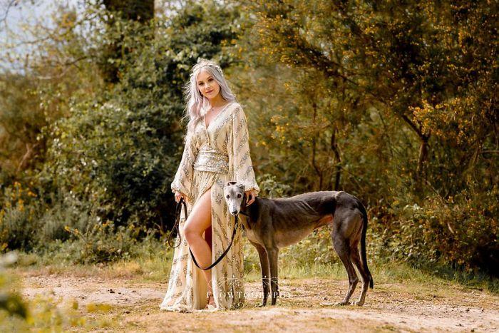 Francesca Lowfotografiando a una chica con un perro mientras ella usa un vestido de color dorado con lentejuelas