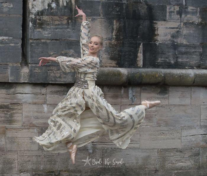 Sophia Benhamfotografiando a una chica mientras baila como bailarina de ballet mientras usa un vestido de color dorado con lentejuelas