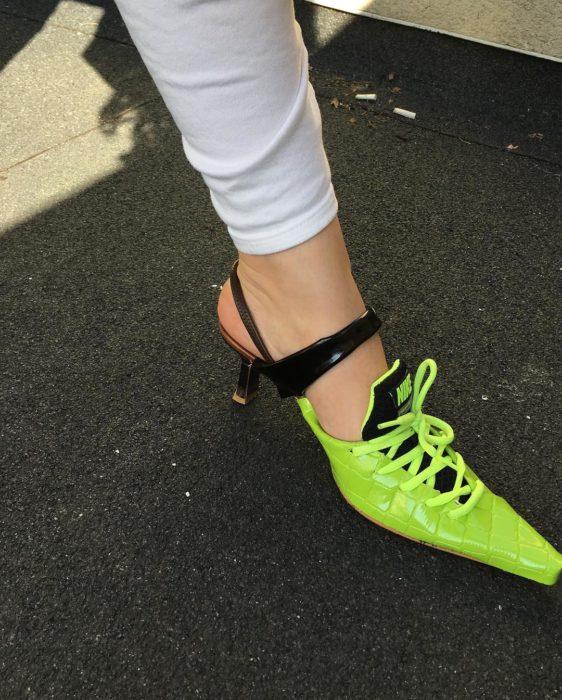 Tenis nike de color verde modificados con cintas, el talón recortado y tacones