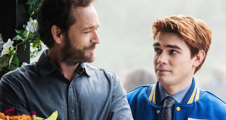 """Luke Perry en una escena de Riverdale con """"Archie"""""""