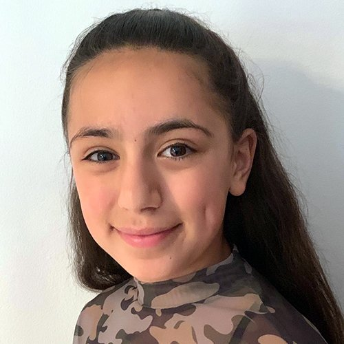 Tara Sharifi con el pelo suelto y blusa con camuflaje