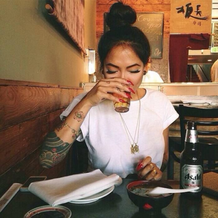 Chica bebiendo cerveza en un bar