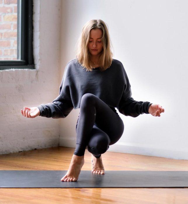 Chica meditando y haciendo yoga