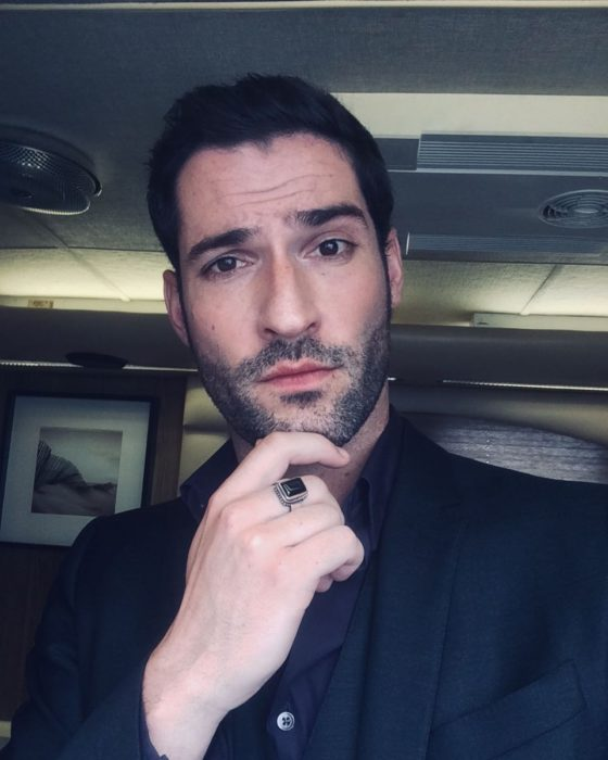 Actor de serie de Netflix, Lucifer, Tom Ellis; hombre de barba y traje negro