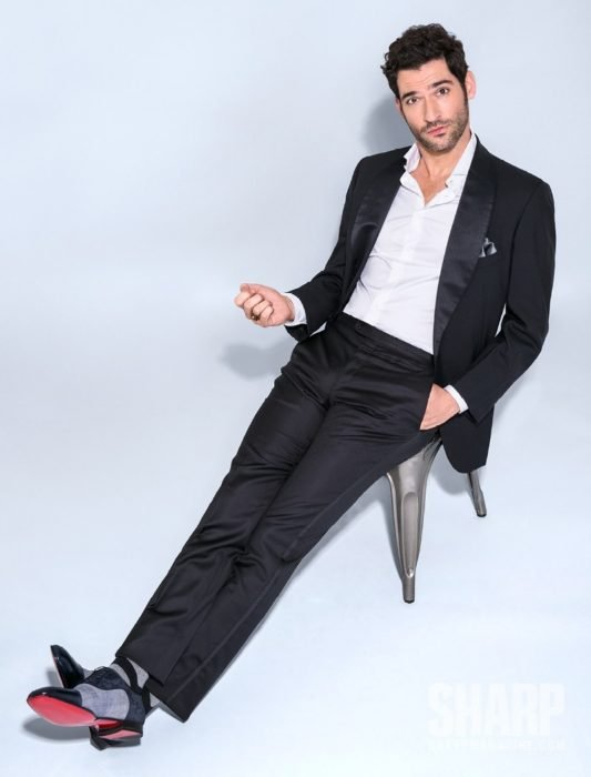 Actor de serie de Netflix, Lucifer, Tom Ellis; hombre con traje negro