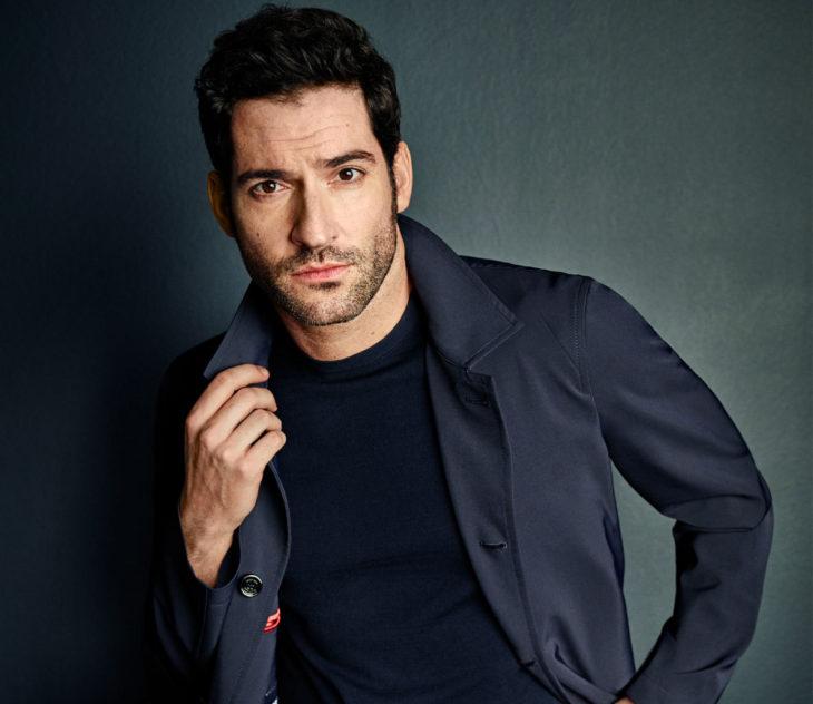 Actor de serie de Netflix, Lucifer, Tom Ellis; hombre con barba de candado y traje