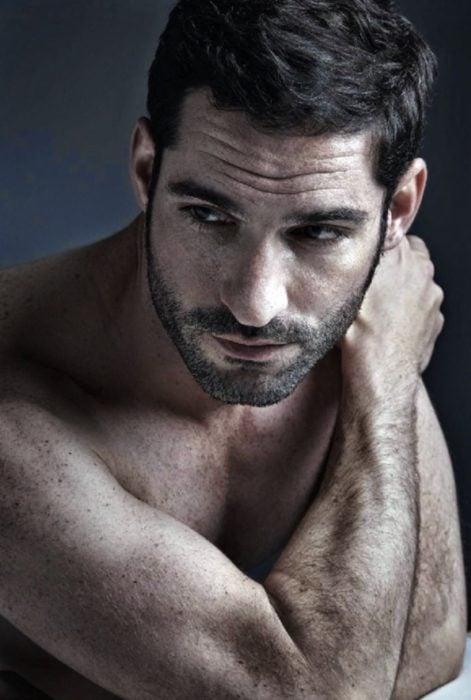 Actor de serie de Netflix, Lucifer, Tom Ellis; hombre con barba de pocos días