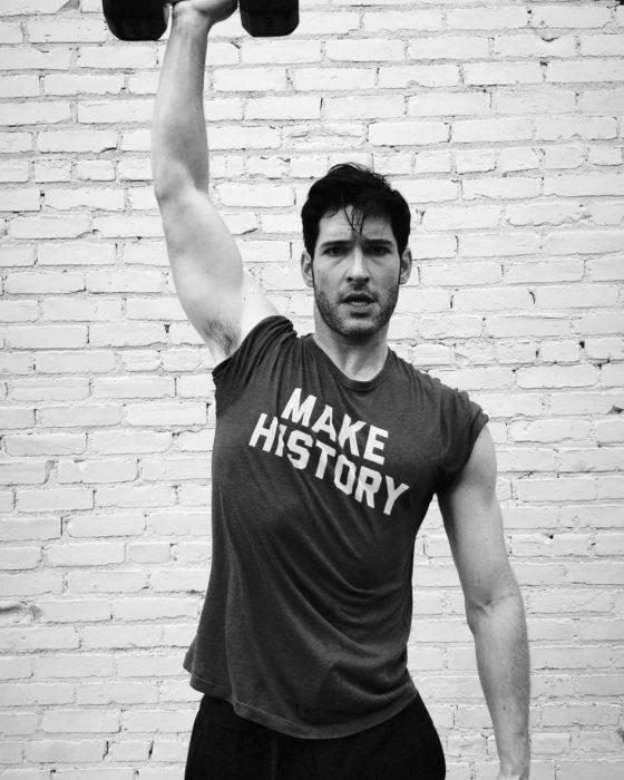 Actor de serie de Netflix, Lucifer, Tom Ellis; hombre haciendo ejercicio con pesas