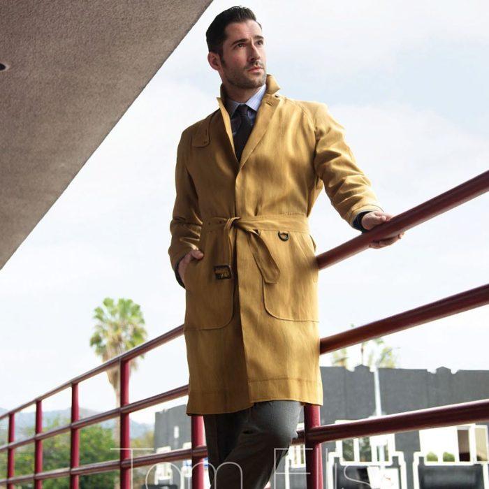 Actor de serie de Netflix, Lucifer, Tom Ellis; hombre con gabardina amarilla y peinado hacia atrás