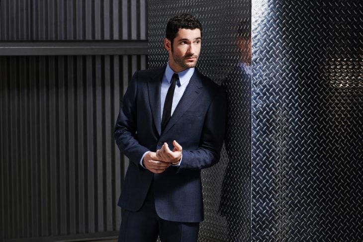 Actor de serie de Netflix, Lucifer, Tom Ellis; hombre de carba y traje azul marino