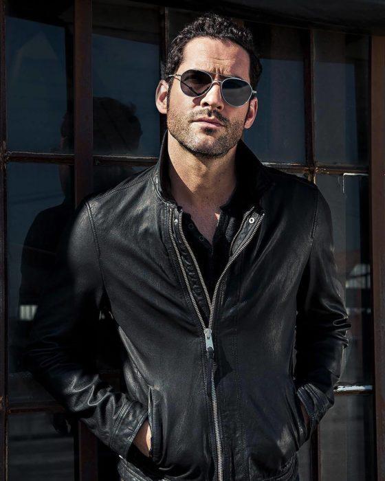 Actor de serie de Netflix, Lucifer, Tom Ellis; Hombre con lentes oscuros y chaqueta de cuero