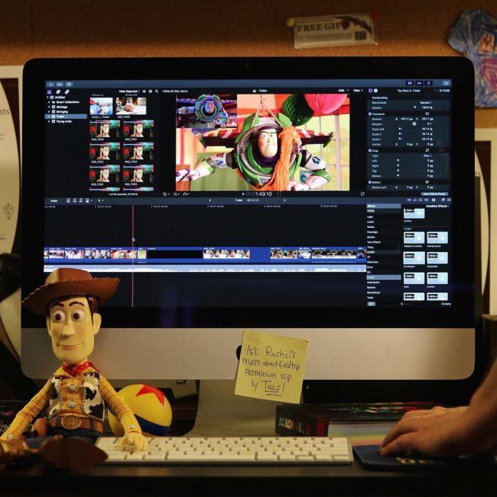Morgan y Mason McGrew, hermanos crean version stop motion de película Toy Story 3 de Disney Pixar; Woody al lado de una computadora renderizando