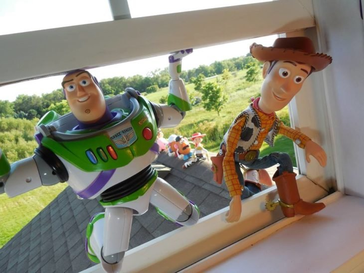 Morgan y Mason McGrew, hermanos crean version stop motion de película Toy Story 3 de Disney Pixar; Buzz Lightyear y Woddy entrando por la ventana