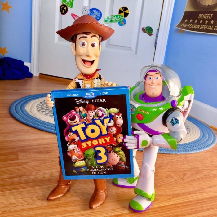 Morgan y Mason McGrew, hermanos crean version stop motion de película Toy Story 3 de Disney Pixar; juguetes de Woody y Buzz Lightyear sosteniendo DVD