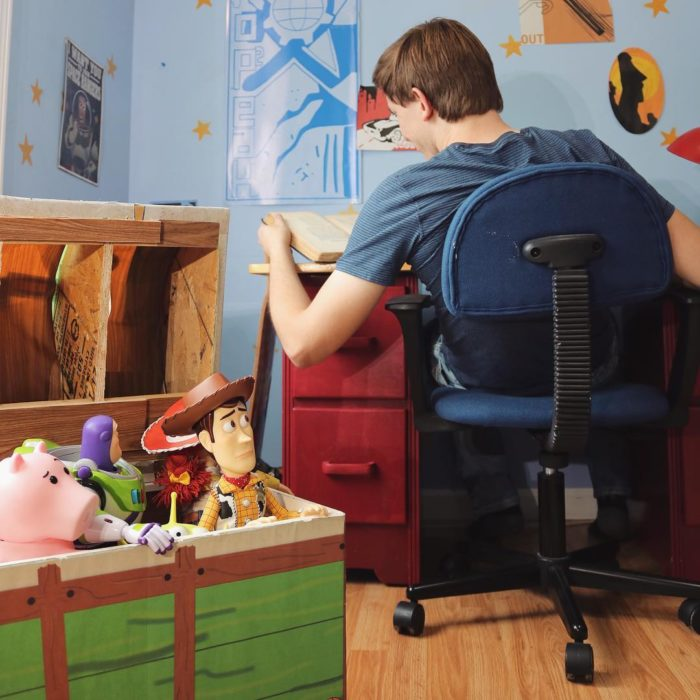 Morgan y Mason McGrew, hermanos crean version stop motion de película Toy Story 3 de Disney Pixar; Woody, Buzz Lightyear y Hamm en caja de juguetes