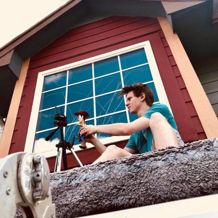Morgan y Mason McGrew, hermanos crean version stop motion de película Toy Story 3 de Disney Pixar; chico grabando con juguete de Woody