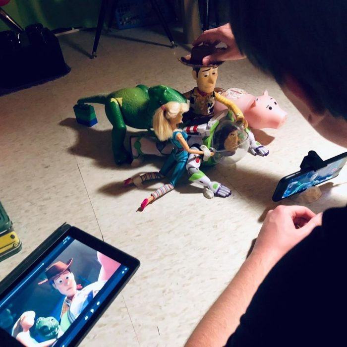 Morgan y Mason McGrew, hermanos crean version stop motion de película Toy Story 3 de Disney Pixar; chico grabando con juguetes de Woody, Buzz Lightyear, Hamm, Rex y Barbie