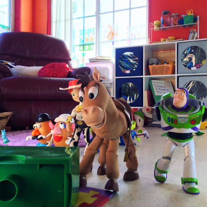 Morgan y Mason McGrew, hermanos crean version stop motion de película Toy Story 3 de Disney Pixar; caballo Tiro al blanco, Buzz Lightyear, Señor y Señora cara de papa y Jessie