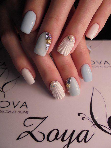 Chica con uñas estilo sirena en tonos azul pastel y blanco