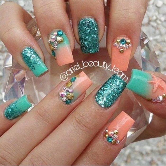 Chica con uñas estilo sirena en colores melón, verde con glitter y pedrería