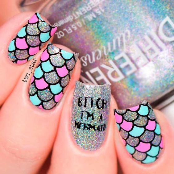 Chica con uñas estilo sirena en tonos fluorescentes