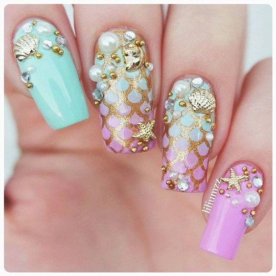 Chica con uñas estilo sirena en tonos rosa y verde pastel