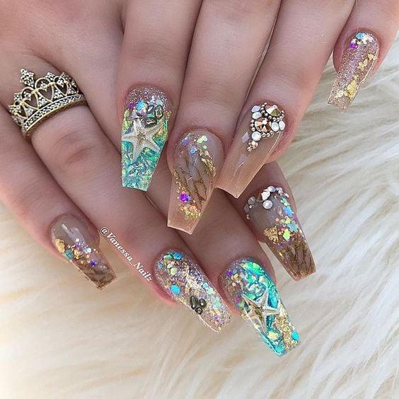 Chica con uñas estilo sirena en acrílico, con glitters