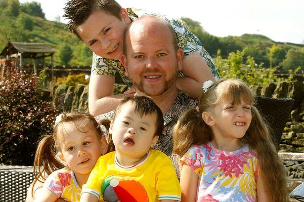 Ben Carpenter con sus cuatro hijos al aire libre