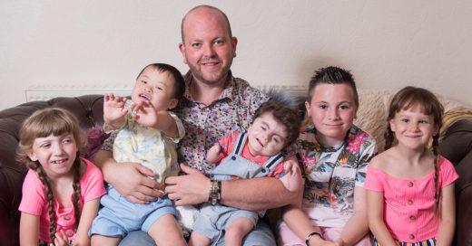 """""""Superpapá"""" inglés adopta a su quinto hijo con discapacidad"""