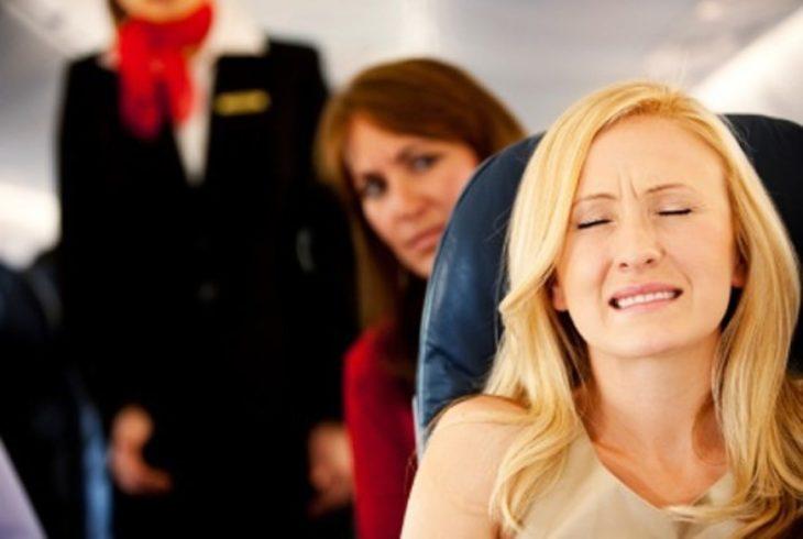 Las fobias son problemas de ansiedad, mujer con cara de angustia en el interior de un avión