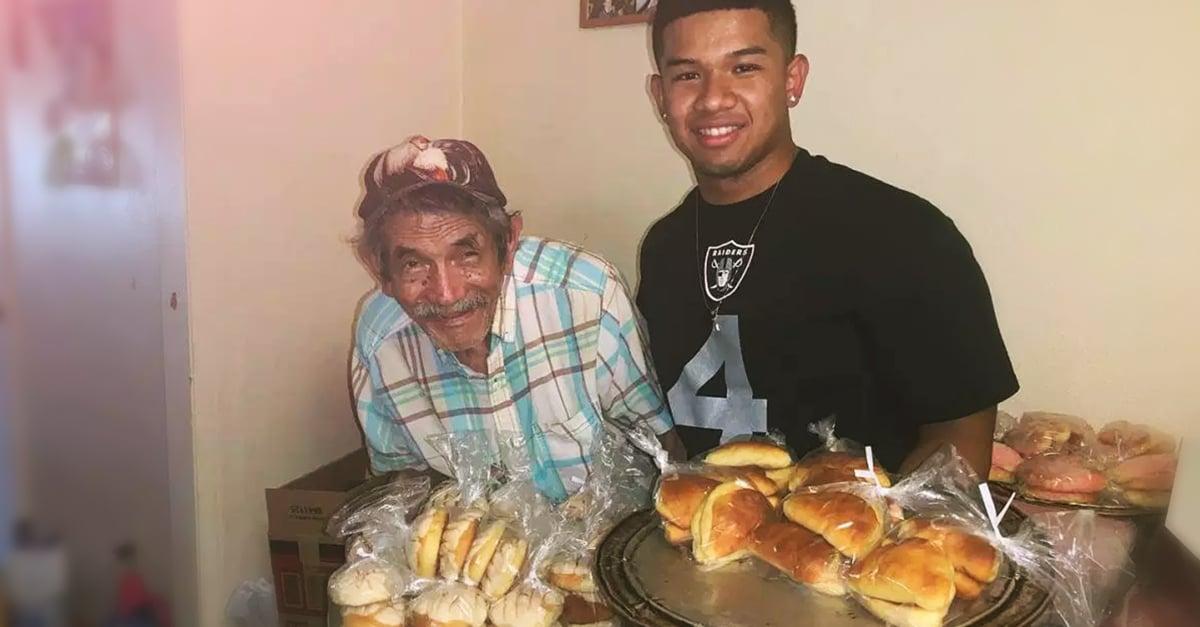 Este joven ayuda a un adulto mayor a vender pan