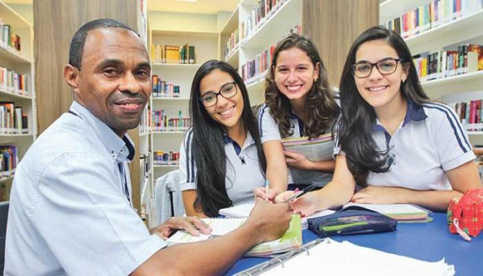 Las alumnas que ayudan a Oze a estudiar se sienten privilegiadas de conocerlo