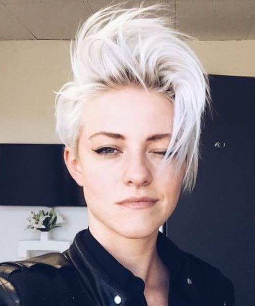 Chica tomándose una selfie para mostrar su cabello corto