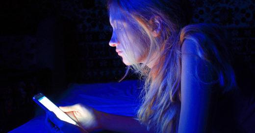 Luces del celular pueden propiciar el aumento de peso en mujeres