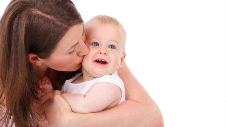 Un beso en la boca de un bebé puede matarlo