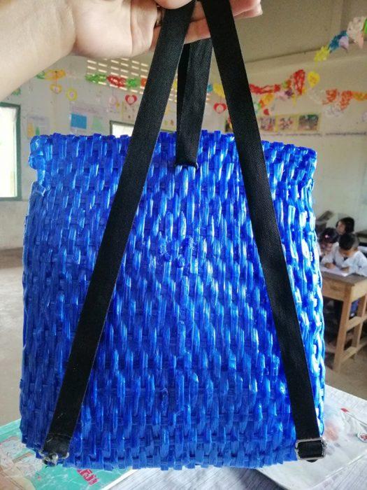 La mochila está compuesta por rafia, cuerdas y hebilla