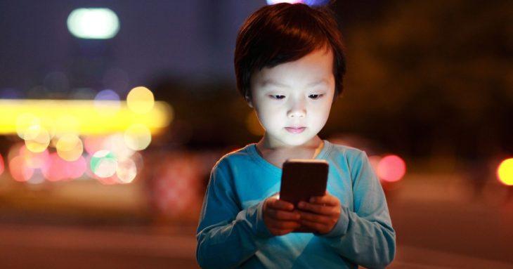 Una pequeña de tan sólo dos años sufre de una miopía severa porque sus papás le regalaron un celular